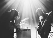 在一个阶段的摇滚乐队在背后照明 免版税库存照片