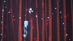 在一个阶段的演播室话筒与在背景的光 影视素材