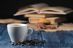 在一个陶瓷咖啡杯的自然浓咖啡咖啡在一张蓝色木桌上的前景 文本的空间 库存图片