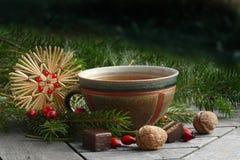 在一个陶瓷杯子的茶有圣诞节装饰的 免版税库存图片