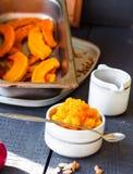 在一个陶瓷碗的南瓜纯汁浓汤有匙子的,健康点心 库存照片