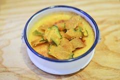 在一个陶瓷碗的南瓜纯汁浓汤,健康点心 免版税库存照片