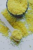 在一个陶瓷碗的有机小米种子 免版税图库摄影