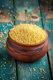 在一个陶瓷碗的有机小米种子 免版税库存图片