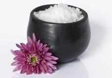 在一个陶瓷碗的海运盐有花的 免版税库存照片