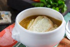 在一个陶瓷碗的自创葱汤 法国烹调 库存照片