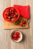在一个陶瓷碗的莓果草莓 免版税库存图片