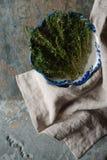 在一个陶瓷碗Gzhel的麝香草在餐巾 库存图片