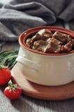 在一个陶瓷罐的墩牛肉 免版税库存图片