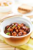 在一个陶瓷罐的豆在餐巾 免版税图库摄影