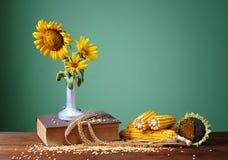 在一个陶瓷花瓶的向日葵 免版税库存图片
