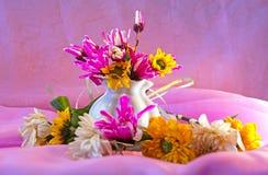 在一个陶瓷花瓶附近加冠花花束  库存图片