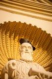 在一个雕象的头的一只鸽子在圣詹姆斯大教堂,安提瓜岛的 免版税库存照片