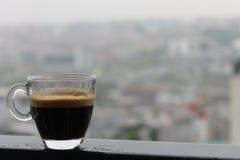在一个雨天射击的浓咖啡 免版税库存照片