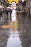 在一个雨天期间,人们在马德里 免版税库存照片