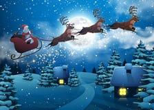 在一个雪橇的圣诞老人飞行与鹿 议院斯诺伊圣诞节风景杉树在夜和大月亮里 招呼的概念或 免版税库存图片