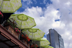在一个露台的伞在城市 库存照片