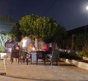 在一个露台的在露天的晚餐在希腊 免版税库存图片