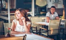 在一个露天咖啡馆的夫妇 库存照片