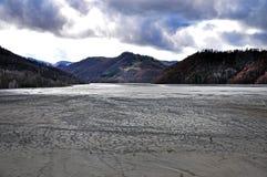在一个露天开采的铜矿附近的污染的湖 库存照片