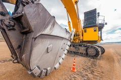 在一个露天开采矿的挖掘机 图库摄影