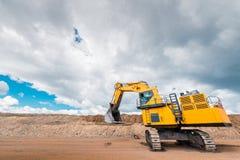 在一个露天开采矿的挖掘机 免版税图库摄影