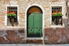 在一个非常老传统砖家的闭合的门在威尼斯,意大利 库存照片