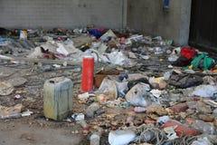 在一个非法风雨棚的垃圾非法移民的被发现 免版税库存图片