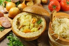 在一个面包的圆白菜汤 免版税图库摄影