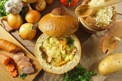在一个面包的圆白菜汤 库存图片