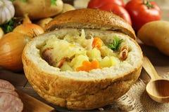 在一个面包的圆白菜汤 免版税库存照片