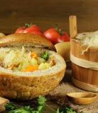 在一个面包的圆白菜汤 免版税库存图片