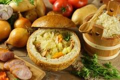 在一个面包的圆白菜汤 库存照片