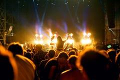 在一个音乐会的人群在小谎节日 库存照片