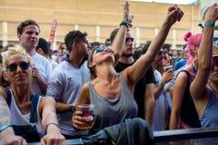 在一个音乐会的人群在生波探侧器节日 库存图片