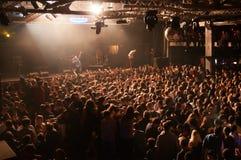 在一个音乐会的人群在活力阶段 库存图片