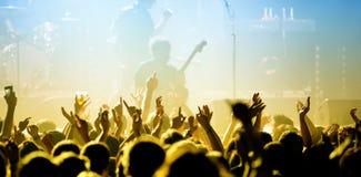 在一个音乐会的观众在活力迪斯科舞厅 库存图片