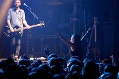在一个音乐会的观众在活力迪斯科舞厅 库存照片