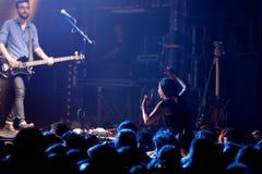 在一个音乐会的观众在活力迪斯科舞厅 免版税库存照片