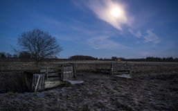 在一个领域的一个开放门与满月的夜 免版税图库摄影