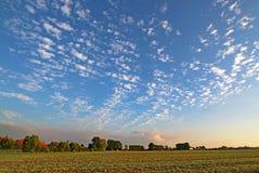 在一个领域的云彩在富兰德,法国 库存照片