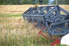 在一个领域的五谷收割机农业转台式组合在夏日 库存照片