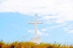 在一个领域的大基督徒十字架反对蓝天 免版税图库摄影