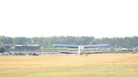 在一个领域的小平面着陆在森林,森林机场附近 股票录像