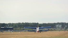 在一个领域的小平面着陆在森林,森林机场附近 影视素材