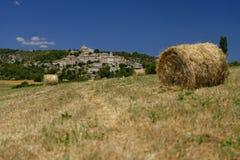 在一个领域的干草捆在普罗旺斯 免版税库存图片