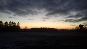 在一个领域的日落与交通标志 库存照片