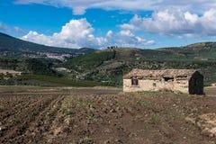 在一个领域的被放弃的农舍在意大利 库存照片