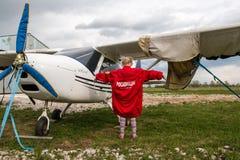 在一个领域的飞机在基洛夫市附近的村庄Kuchani附近 免版税库存图片