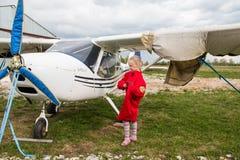 在一个领域的飞机在基洛夫市附近的村庄Kuchani附近 库存照片